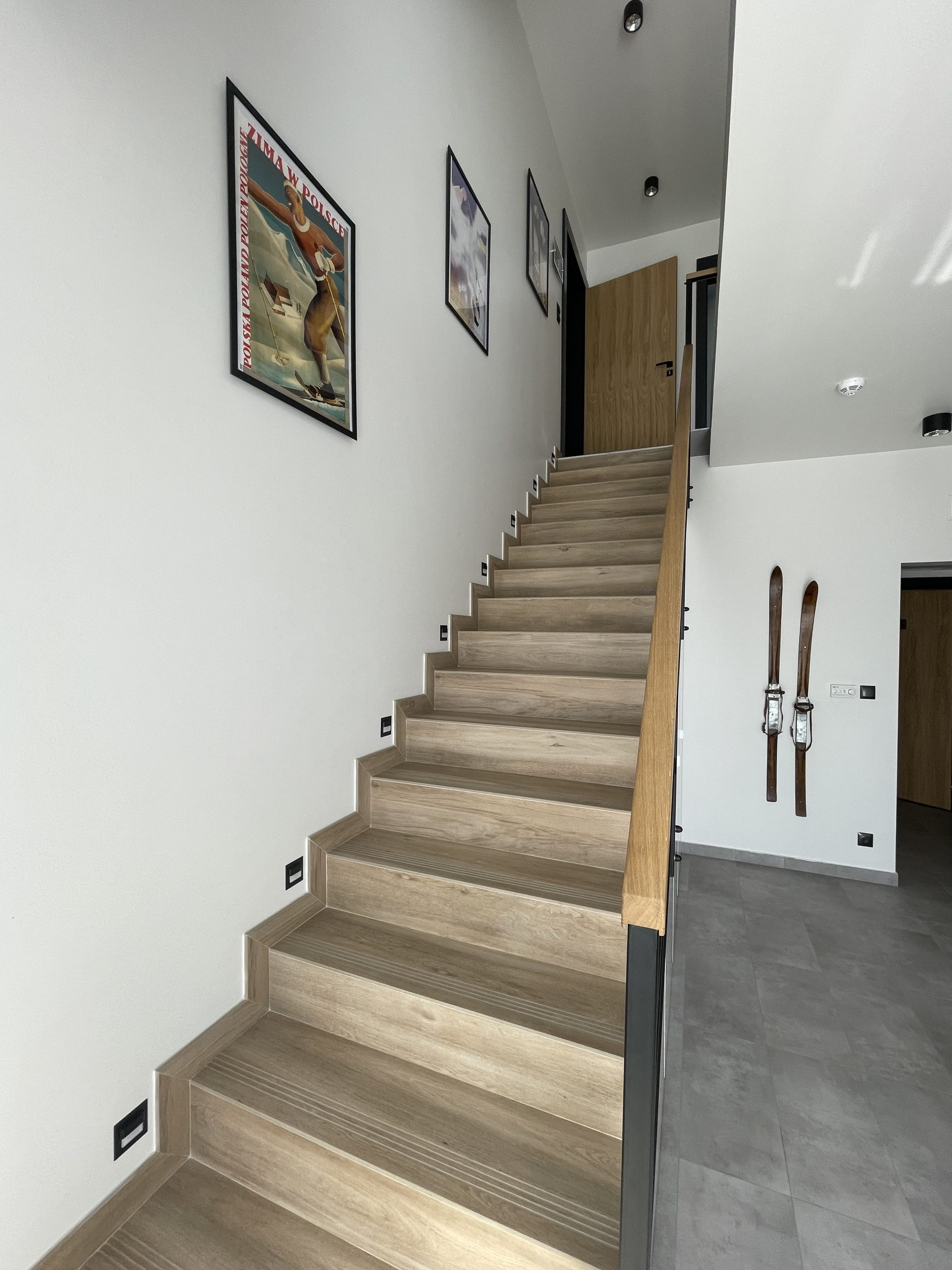 Apartamenty NOVA BIAŁKA Białka Tatrzańska schody recepcja
